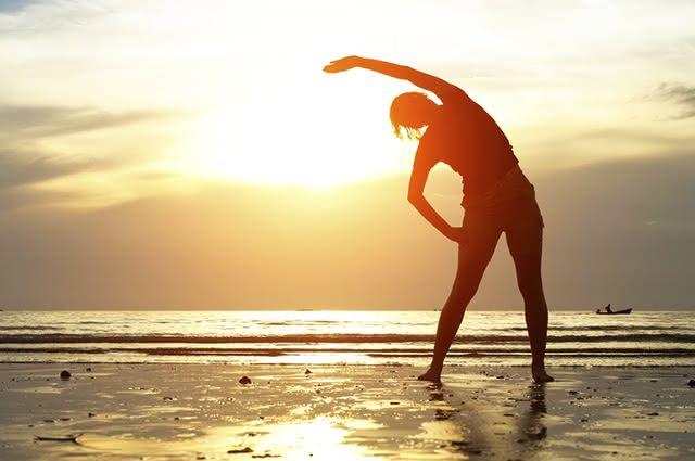 A caminhada é um dos exercícios mais proveitosos e simples para ser realizado na praia