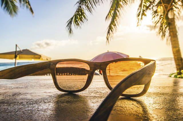 Tirar os arranhões dos óculos de sol pode ser feito com produtos que você tem em casa