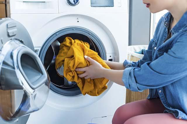 Para evitar manchas, lave as peças coloridas separadas das brancas
