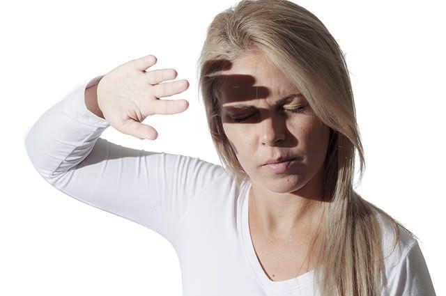 Além da fotofobia, náuseas e vômitos podem ocorrer durante uma enxaqueca