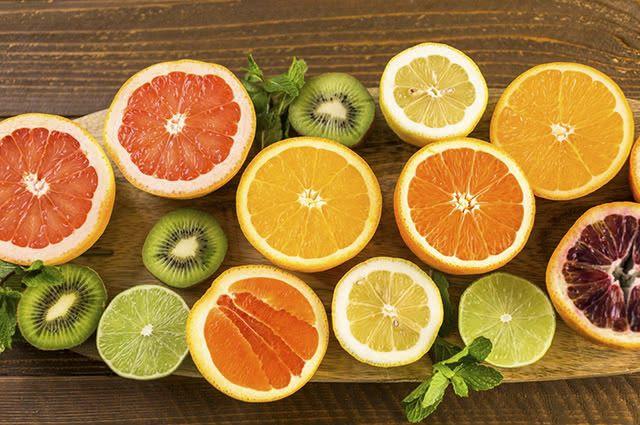 Opte por alimentos ricos em vitamina C como laranja, limão e kiwi