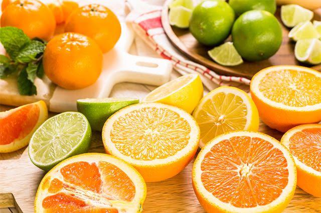 Consumir alimentos ricos em vitamina C ajuda a se livrar de cansaço e indisposição