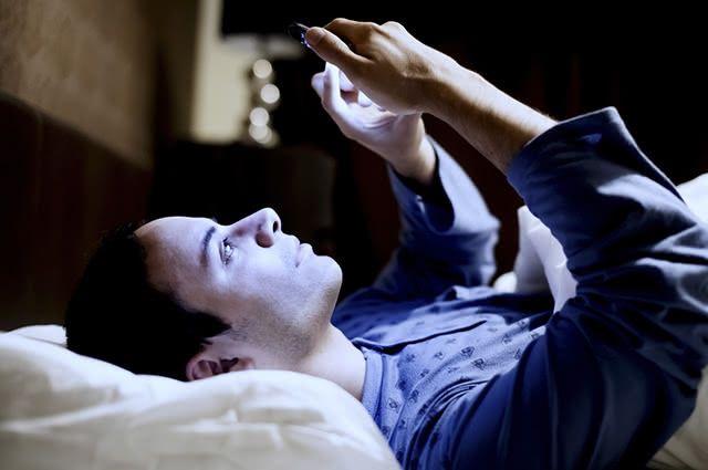 Evite mexer no celular, computador ou assistir TV antes de dormir