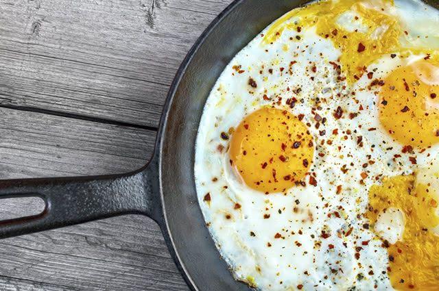 As proteínas indicadas para o café da manhã são ovos, atum, ricota e frango