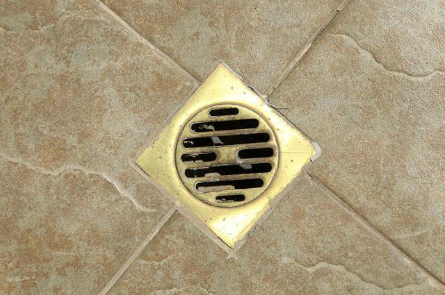 Limpar o ralo do banheiro com bicarbonato é eficiente e tem baixo custo