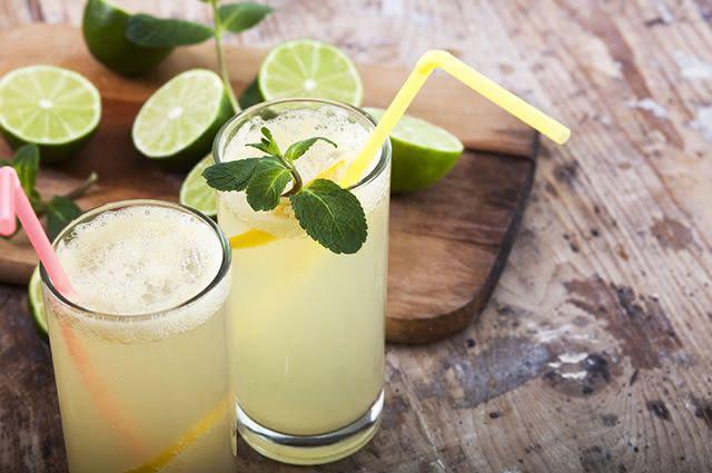 Além de hidratar, o suco de limão saciará a vontade de comer doces