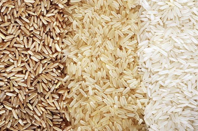 O arroz parboilizado e o integral se diferem no sabor, aparência e forma de preparo