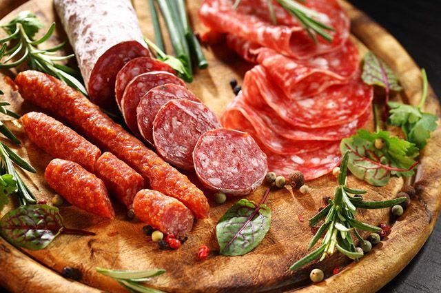 Entre os alimentos inflamatórios mais perigosos estão os embutidos, como salame e salsicha