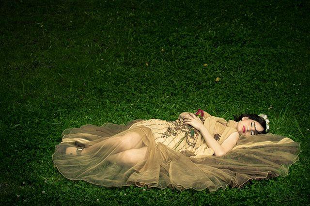 Mulher dormindo na grama