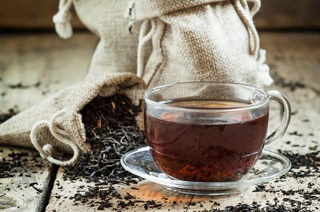 Xícara com chá preto