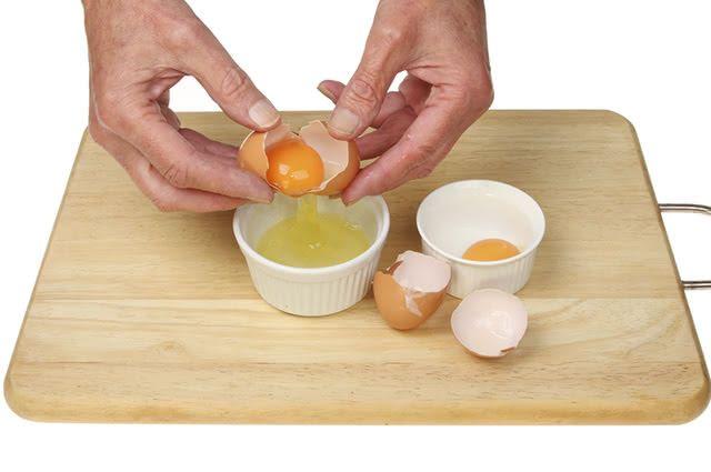 O consumo da clara de ovo favorece a hipertrofia muscular