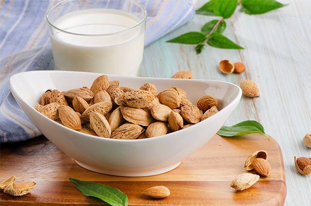 Controle o seu peso tomando leite de amêndoas