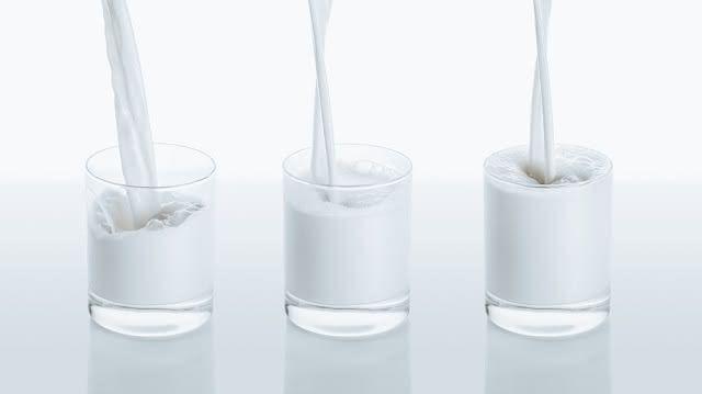 Tanto o leite de vaca como o de amêndoas podem evitar a osteoporose