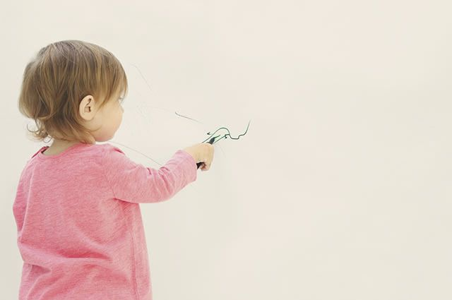 Utilizando produtos fáceis de encontrar e baratos é possível remover riscos de caneta da parede