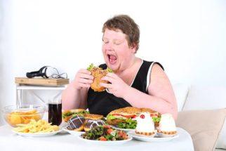 Compulsão alimentar: Veja causas, sintomas e tratamento