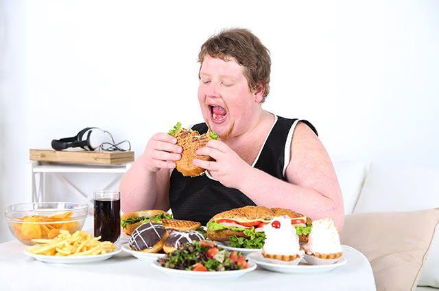 Compulsão alimentar tem como principal sintoma comer muito em curtos intervalos