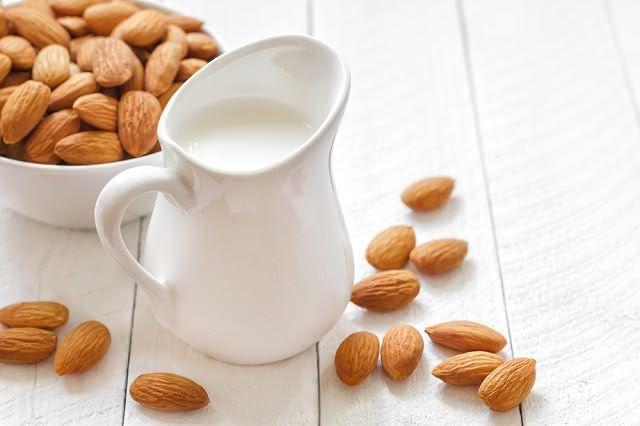 O leite de amêndoas, por não conter lactose, é indicado para quem tem intolerância à substância