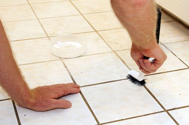 Além dos azulejos, é possível higienizar o vaso sanitário, box, ralos e pias