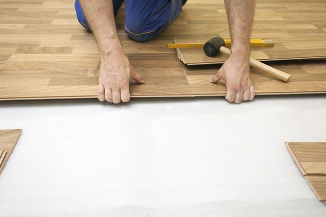 Para remover a cera desse piso é necessário fazer uso de um esfregão para a aplicação do produto