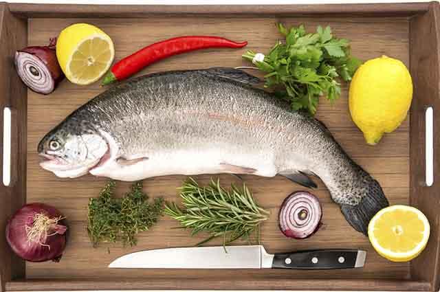 Existem truques para evitar sujeira na cozinha durante o manuseio do peixe