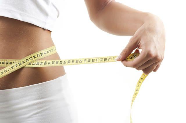 Gordura, retenção de líquido e gases são os principais motivos para o inchado abdominal