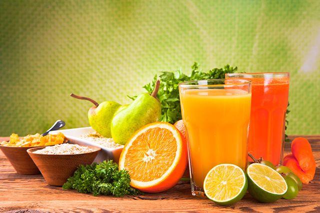 O limão é uma fruta ideal para combinações de suco de acerola