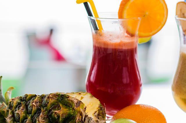Refresque em dias quentes tomando suco de abacaxi com beterraba