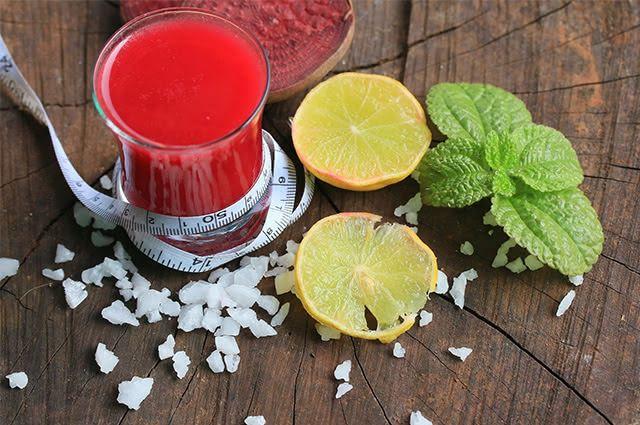 Carregado de nutrientes, o suco de beterraba com limão é também bonito