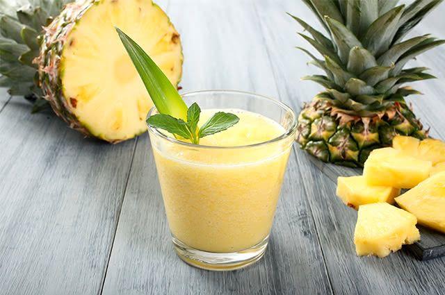Evite o envelhecimento celular com suco detox de erva cidreira e abacaxi