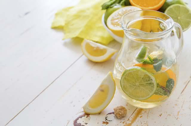 O sabor cítrico do limão e da laranja disfarçam o sabor dos demais ingredientes do suco verde