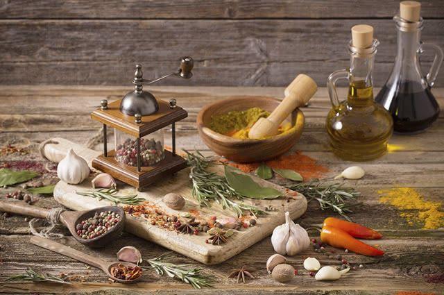 Entre os temperos mais conhecidos estão o alecrim, o orégano, o cominho e a pimenta