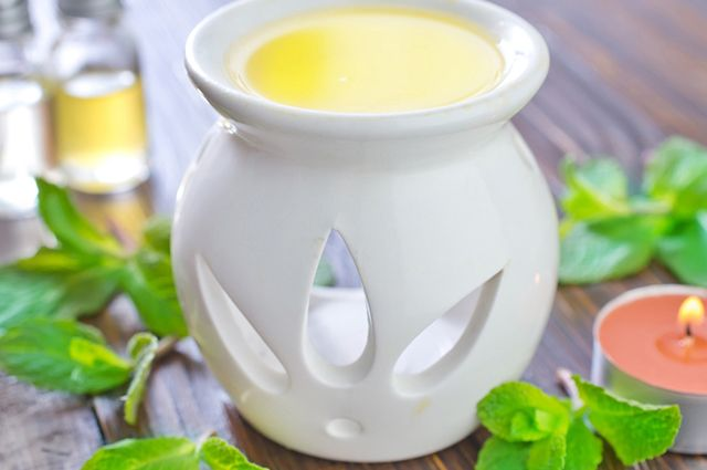 Para fazer um ambientador caseiro de limão você vai precisar da essência e da casca dessa fruta