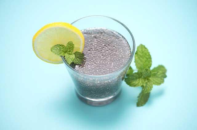 Adoçar o chá de chia com açúcar, adoçante ou mel não é recomendado para quem quer emagrecer