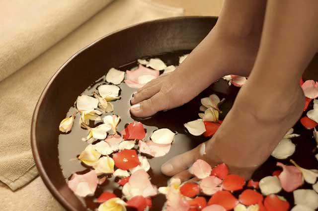 O vinagre ajuda a eliminar fungos e bactérias e o mau odor dos pés