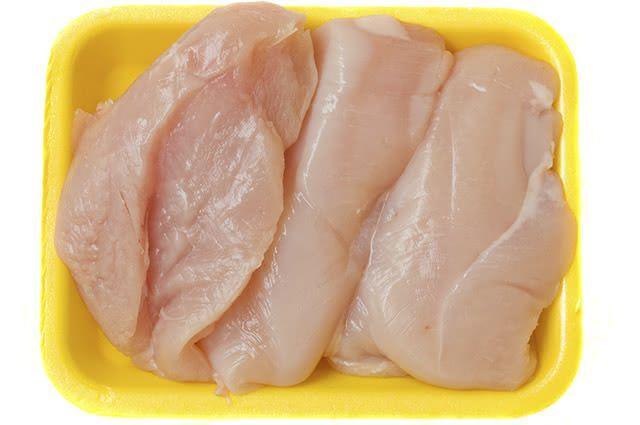 Carnes magras, como a do frango, são indicadas para evitar acne