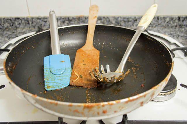 Um dos usos do bicarbonato na cozinha é como um poderoso desengordurante