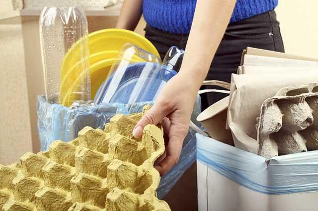 Um dos passos para limpar a cozinha rápido é colocando os restos de comida no lixo