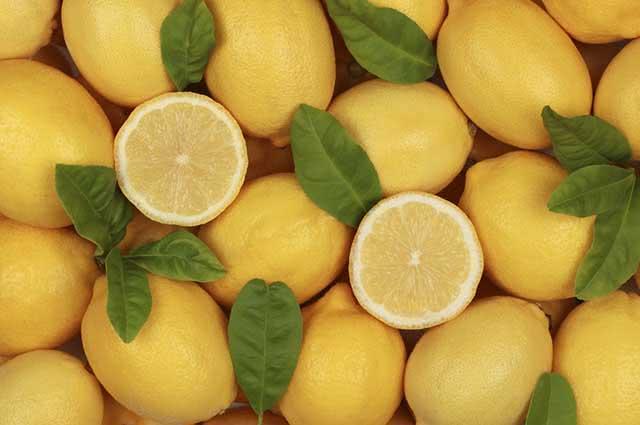 Além de conseguir tirar o cheiro da água sanitária das mãos, o limão também elimina bactérias
