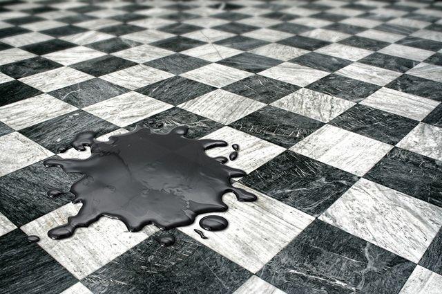 O detergente e o sabão em pó podem facilitar a remoção da graxa do piso
