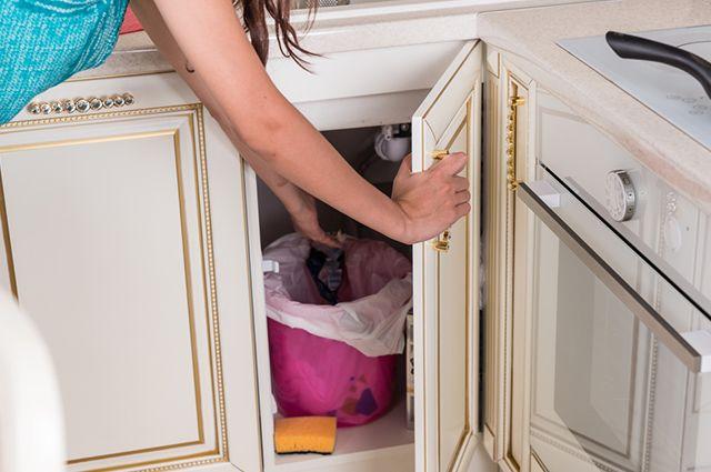 O primeiro passo para eliminar mau cheiro de lixo é higienizá-lo bem
