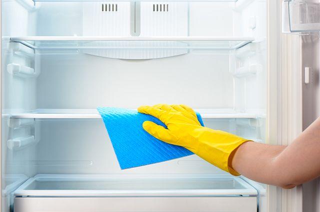 É possível eliminar odores da geladeira com limão, bicarbonato e vinagre
