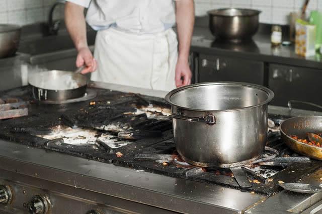 Bicarbonato e água fervente podem resolver o problema da panela que queimou