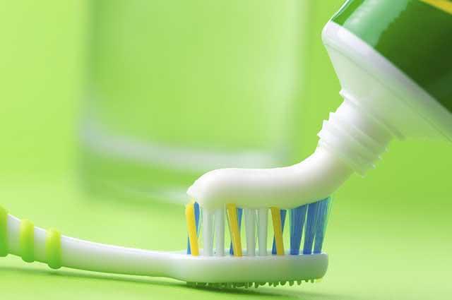 Use a pasta de dente ou o enxaguante bucal para tirar cheiro da água sanitária das mãos