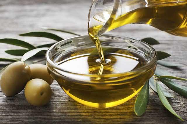 O consumo do azeite de oliva diminui o mau colesterol e conserva o bom