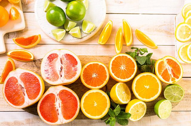 Entre os benefícios do consumo da vitamina C está a prevenção da formação de radicais livres