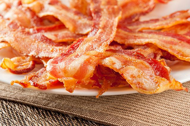O bacon é um dos alimentos que causam espinhas