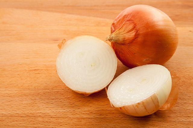 O chá de cebola consegue tratar gordura no fígado