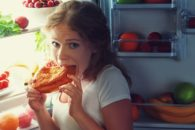Comer antes de dormir engorda?