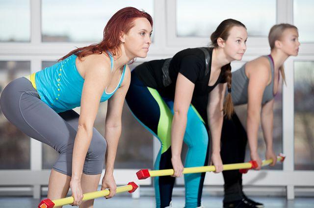 Entre os melhores exercícios para glúteos e pernas estão o levantamento com barra e agachamentos