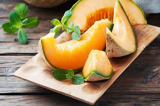 Uma das formas de tratar gordura no fígado em casa é com suco de melão com hortelã